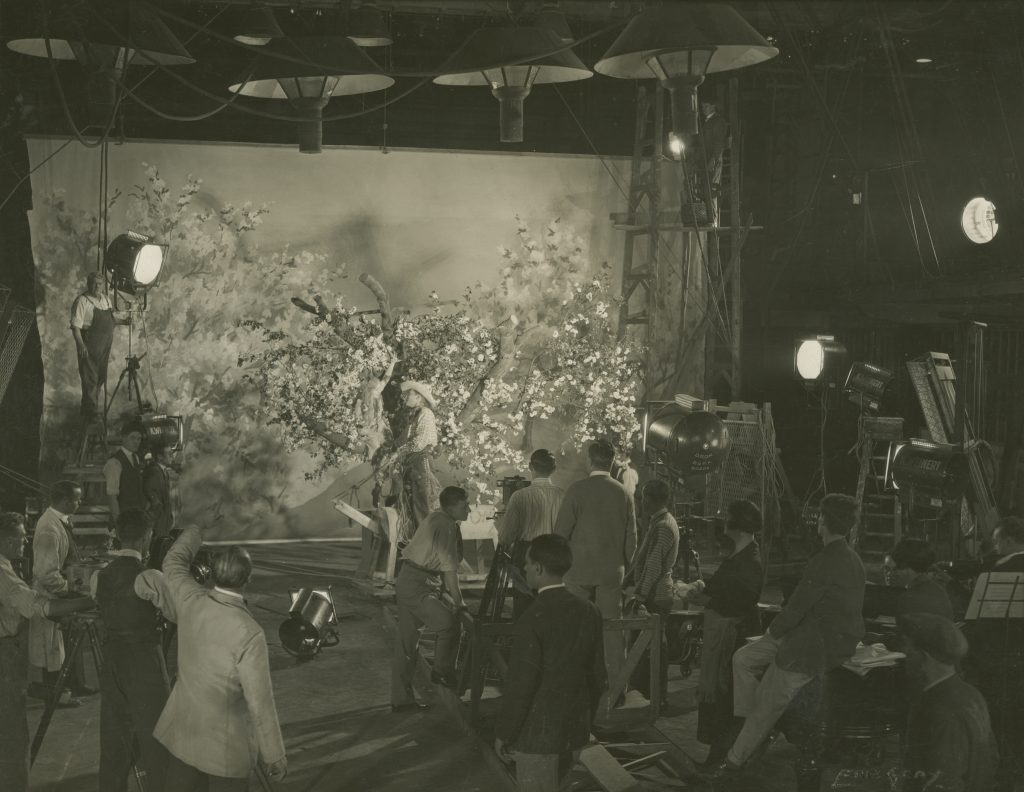 Annette Benson (in tree), Brian Aherne and film crew in Shooting Stars (1928)