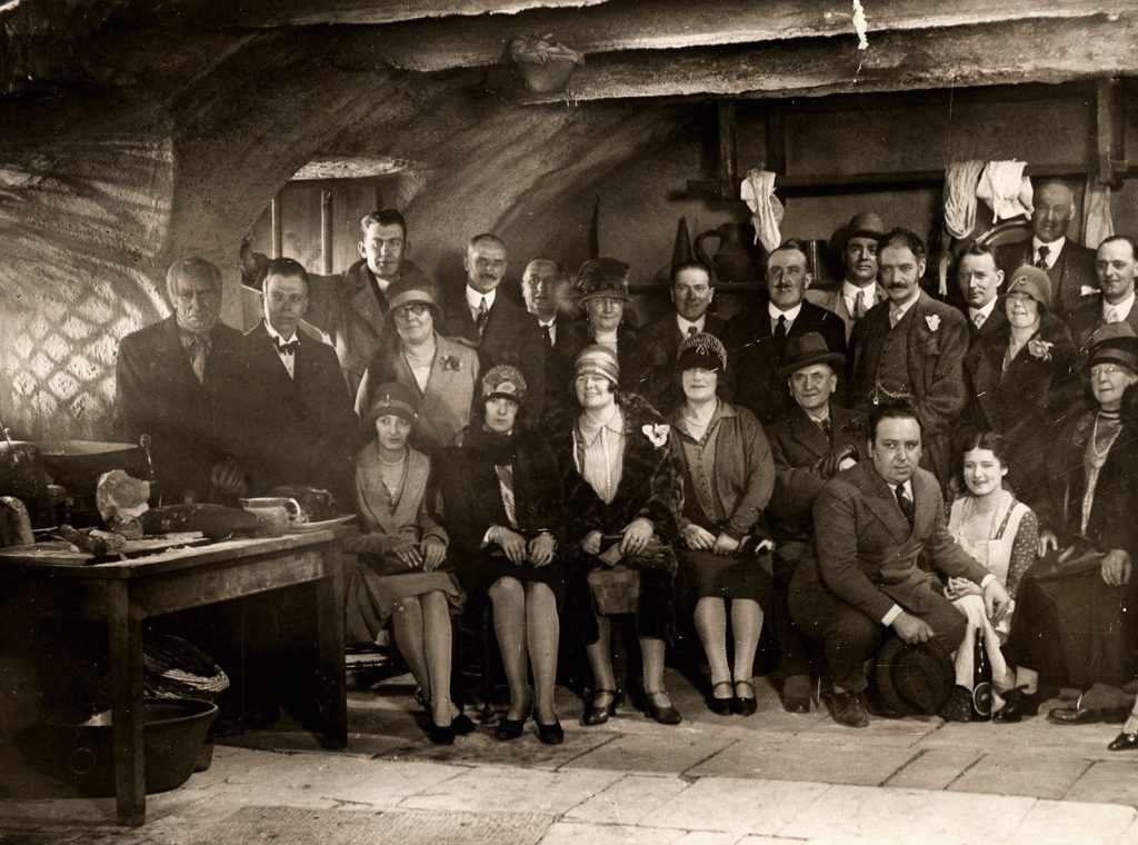 Group photo of The Farmer's Wife (1928) cast and crew on set