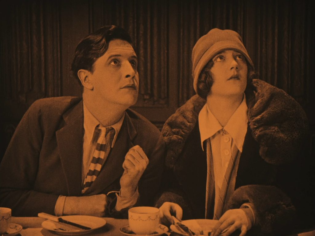 Ivor Novello and Sybil Rhoda in Downhill (1927, dir. Alfred Hitchcock) Spanish Divisa Blu-ray screenshot